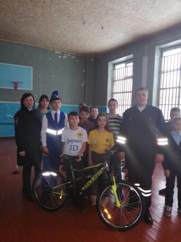 В Омской области в Исилькульском районе Юные Инспекторы Движения получили подарки